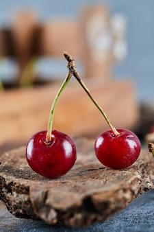나무 조각에 붉은 육즙 체리 열매