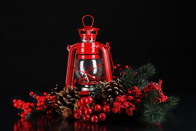 黒の背景に赤い灯油ランプ