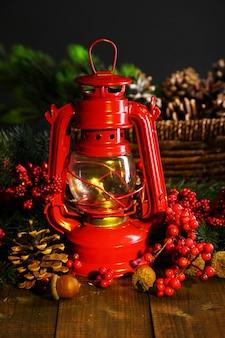 暗い背景に赤い灯油ランプ
