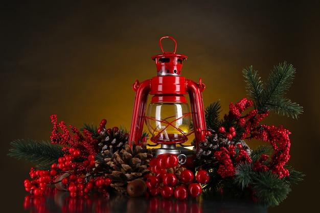暗い色の背景に赤い灯油ランプ