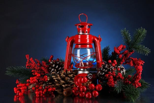 暗い色の表面に赤い灯油ランプ
