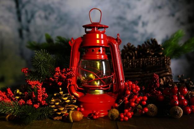 暗い自然の背景に赤い灯油ランプ