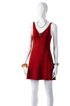 Красное платье-капля на манекене. женский манекен в замочной скважине платье. яркое платье с вырезом «капля». дамская одежда из мягкой ткани.