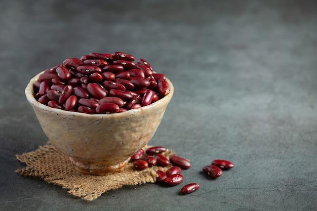 袋生地の小さなボウルの場所にある赤インゲン豆
