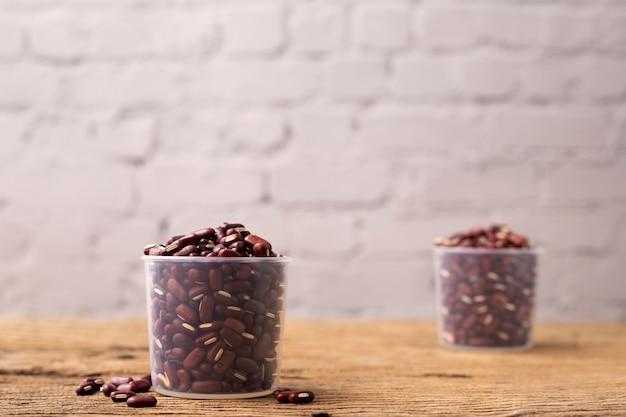 木製のテーブルに赤インゲン豆。