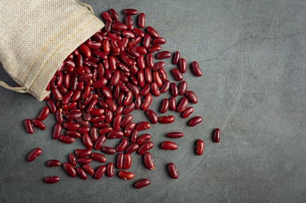 I fagioli rossi si riversano dal sacco a terra