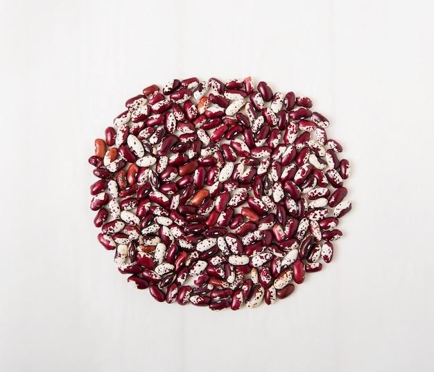 赤いインゲン豆。白い表面。上面図
