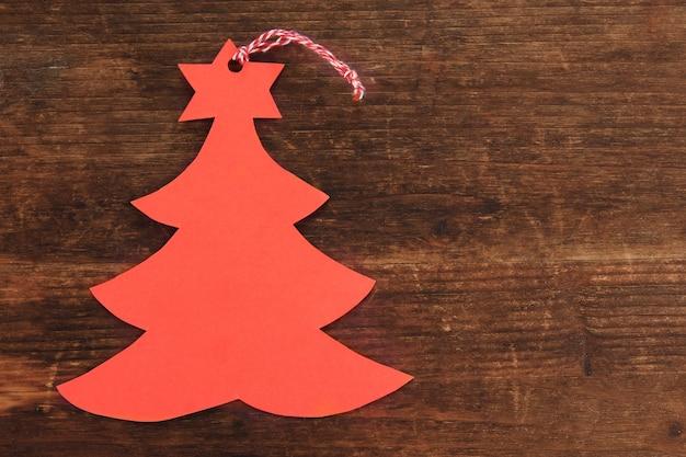 木製のテーブルの赤いラベル