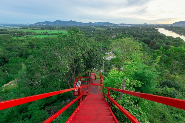 Красная лестница в ват тхам каофун на рассвете.
