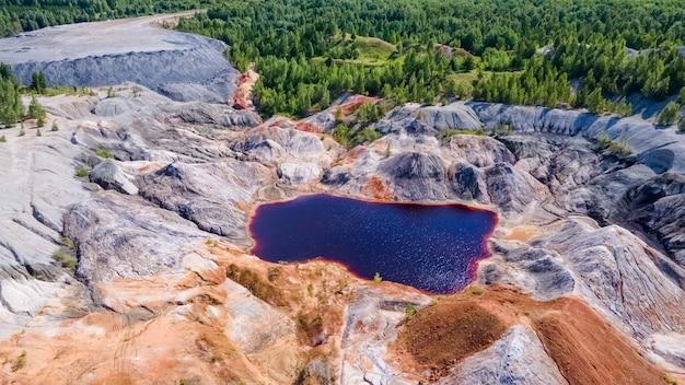惑星火星のような赤い湖の風景ウラル山脈の表面の自然ロシアの航空写真