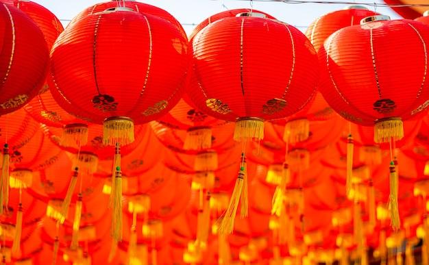 Красный фонарь для фестиваля китайского нового года в китайском храме древнее китайское искусство с китайским алфавитом