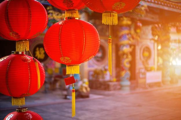 Украшение красных фонарей для фестиваля китайского нового года в китайском храме