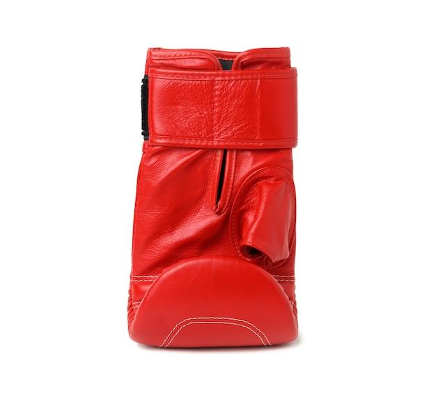 白い背景、スポーツ用品に分離された赤い革のボクシンググローブ