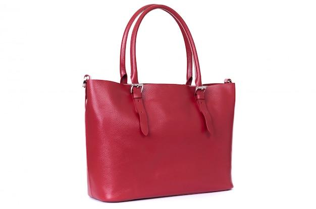 Красная кожаная сумка ручной работы на белом фоне
