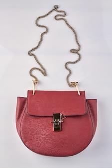 Красный кожаный кошелек.