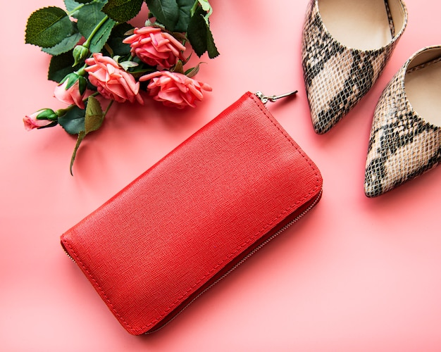赤い革の女性の財布