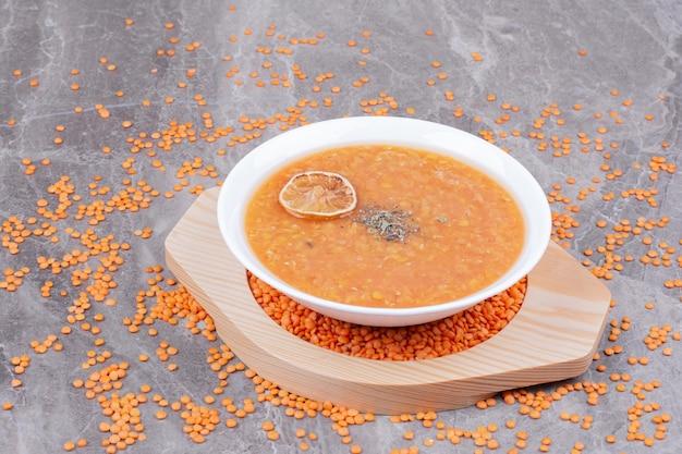 ハーブとスパイスが入った赤レンズ豆のスープ