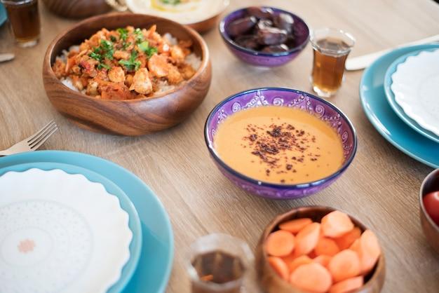 빨간 렌즈 콩 수프. 집에서 iftar 음식 테이블. 라마단을위한 저녁 식사