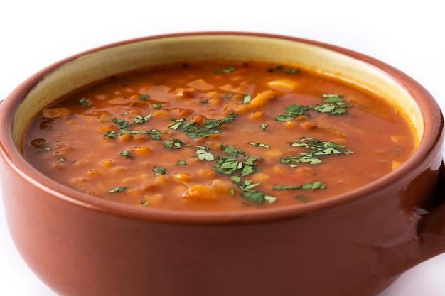 白い背景で隔離のボウルに赤レンズ豆のスープ