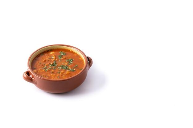 白地に分離された赤レンズ豆のスープ