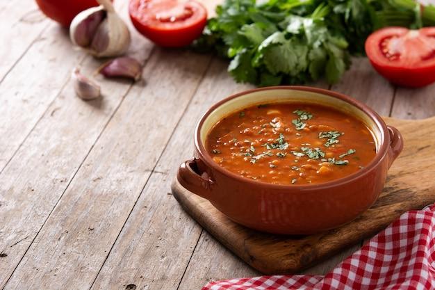 木製のテーブルに赤レンズ豆のスープ