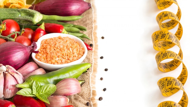 赤レンズ豆と白で隔離生野菜をクローズアップ