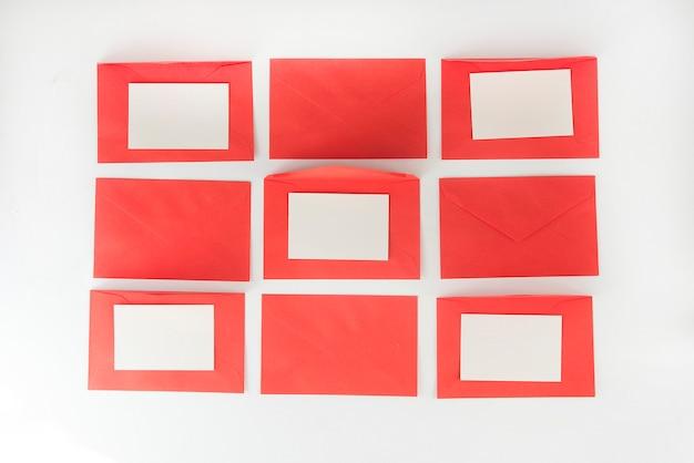 흰색 바탕에 빨간 편지 봉투