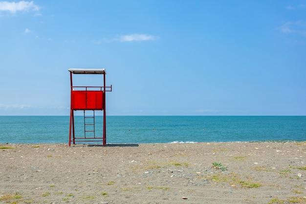 アナクリアビーチの赤いライフガードレスキュータワー。風景