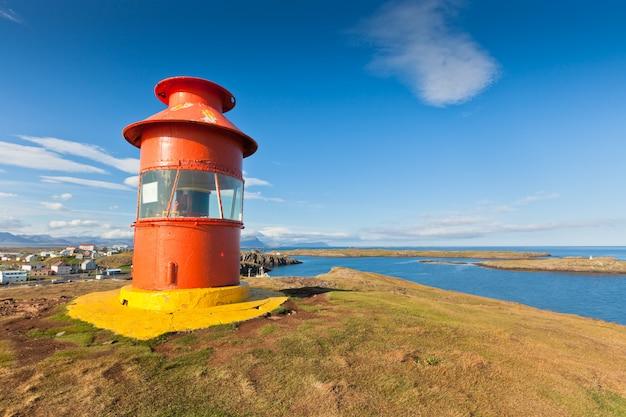 Красный маяк над стиккисхолмур, исландия