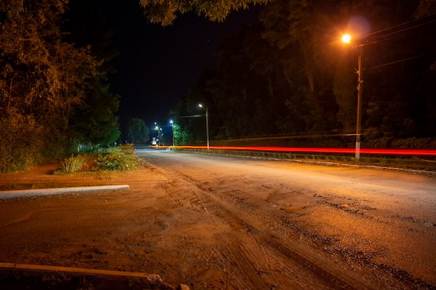 도로에서 지나가는 자동차의 빨간불