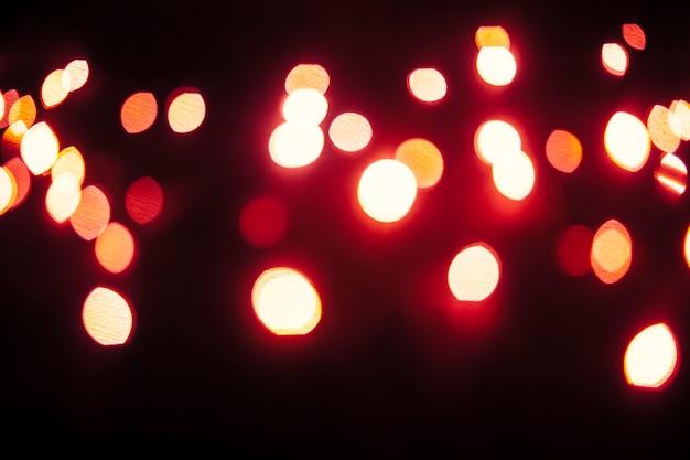 暗い背景に赤い光が輝きます