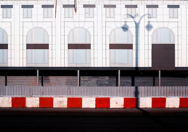 最小限の街の通りの背景のhdに赤い制限レンガ