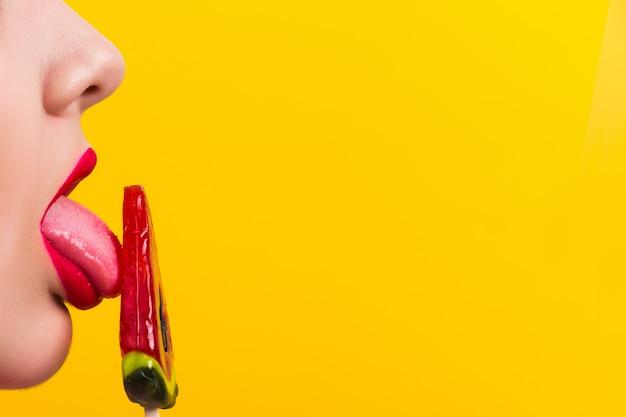 キャンディーとプロファイルの赤い唇