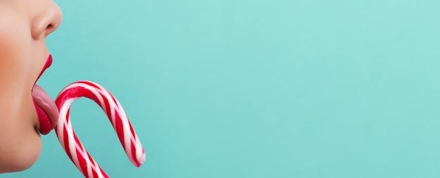 ターコイズのキャンディーとプロファイルの赤い唇