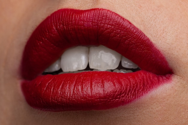 젊은 여자 클로즈업의 붉은 입술. 붉은 입술이 메이크업.