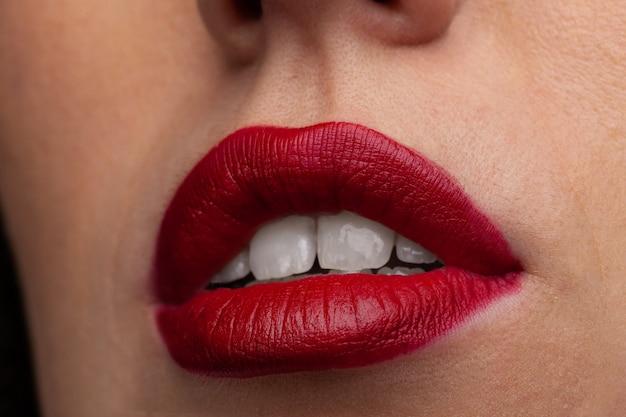 젊은 여자 클로즈업의 붉은 입술.