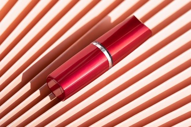 中国の扇子の赤い口紅のチューブのモックアップ