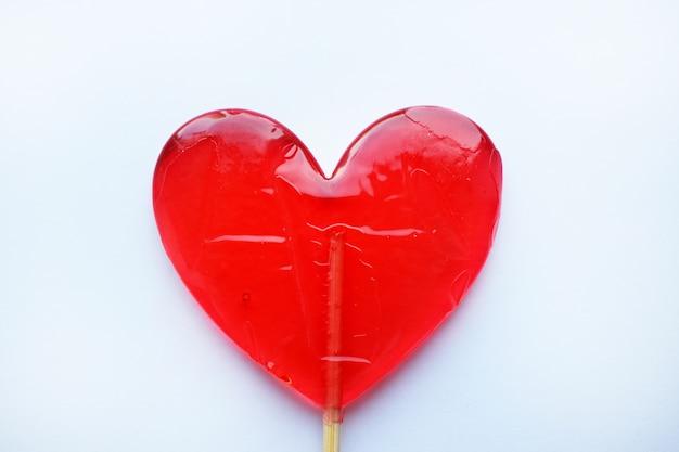 赤いロリポップ。赤いハート。キャンディー。愛と甘いコンセプト。バレンタインデー。
