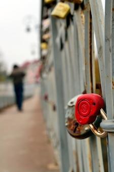Красный замок в форме сердца любви на мосту