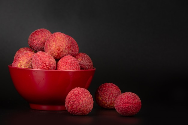 Красный личи плоды помещены в корзину.