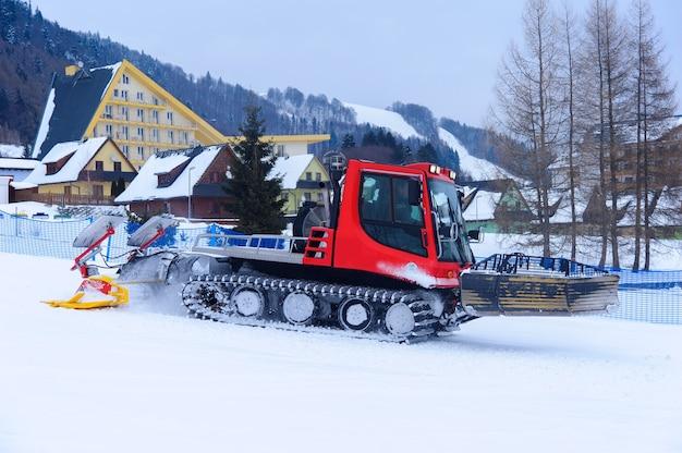 スキー場の準備のための赤いマシン