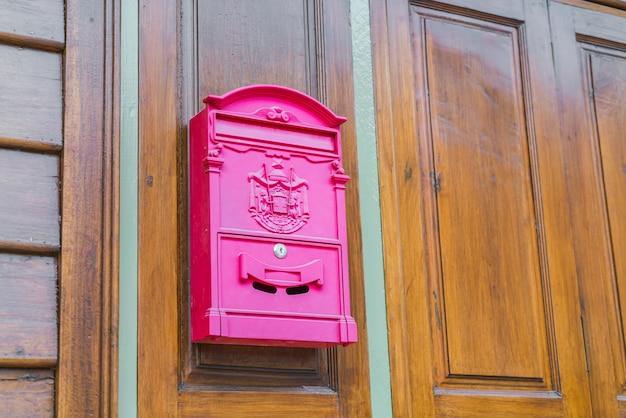 Красная коробка почты на деревянные стены