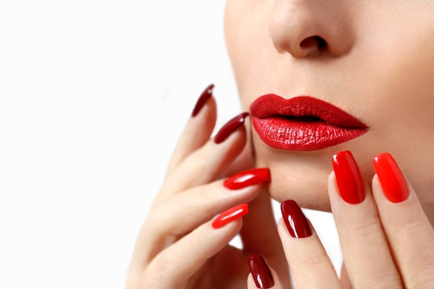 긴 손톱에 붉은 화장과 매니큐어