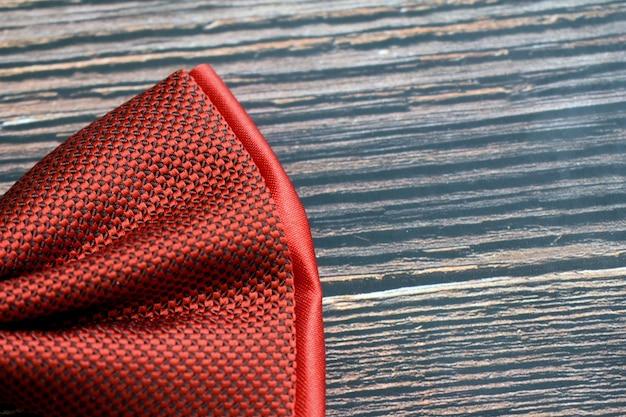 暗い背景に赤い男性の蝶ネクタイ