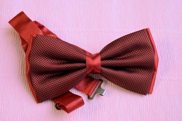 明るい背景に赤い男性の弓のネクタイ
