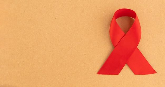 Красная медицинская лента как символ дня осведомленности о вич и спиде в декабре с местом для текста