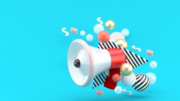 Красный мегафон среди красочных шаров на синем. 3d-рендеринг.