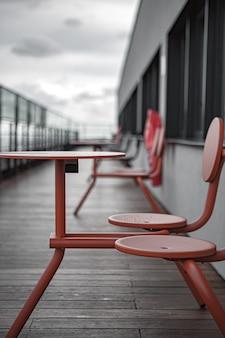 독에 빨간 금속 의자와 테이블