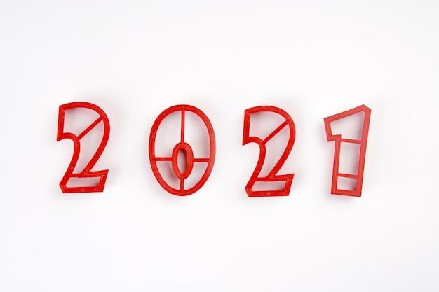 白い背景で隔離の2021年新年の赤いカビ番号。