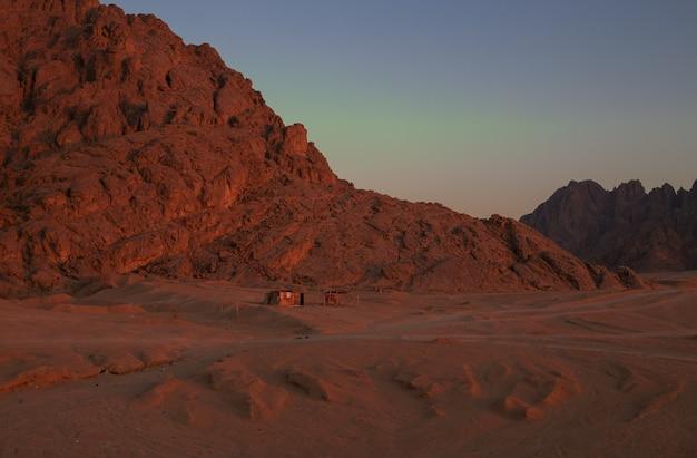 Красные горы на закате в египте